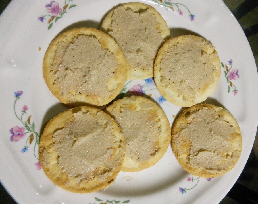 crackers and cashew spread
